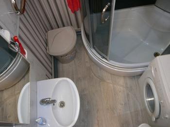 Ванная: обои на стенах, линолеум на полу
