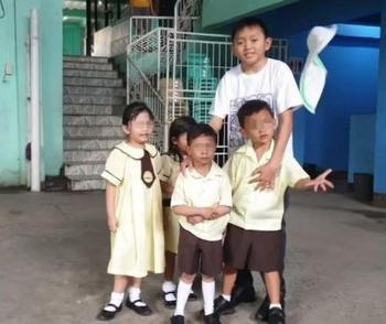 Воспитателя детского сада с детским лицом часто принимают за одного из его подопечных