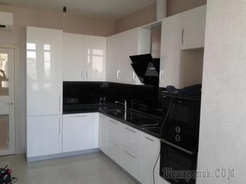 Кухня - прямолинейность черного в белом глянце