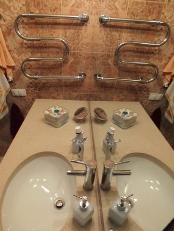 Большое зеркало зрительно увеличило ванную комнату в два раза