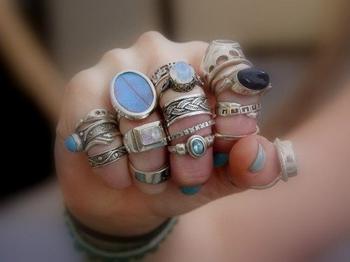 Что означают кольца на пальцах у женщин и мужчин?