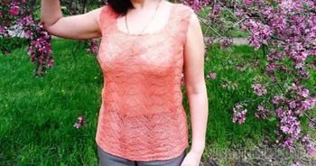 Вязание ажурной летней майки с рельефным узором спицами