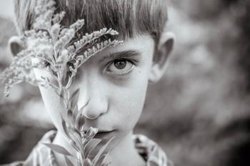 7 очень пронзительных фото мальчика с аутизмом, снятых его мамой