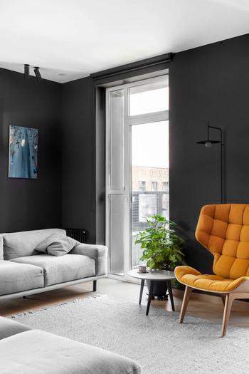 Черные стены, дерево и терракотовая ванная: современная квартира в Москве