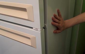 Из-за чего холодильник греется по бокам