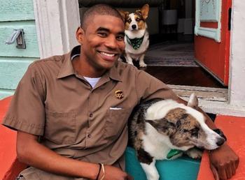 Парень-курьер обожает свою работу. Все потому что ему дают тискать чужих собак