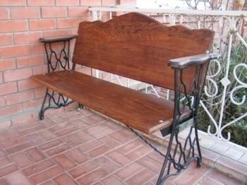 Красивая скамейка из станины под старую швейную машинку