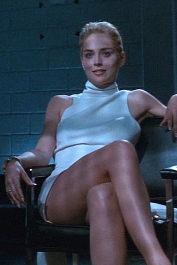 Основной инстинкт: как носить белое платье c воротником-стойкой