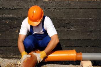 Как самому справиться с течью в канализационной трубе, чтобы не вызывать сантехника