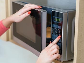 Продукты, которые не стоит греть в микроволновке, чтобы потом не оттирать ее от остатков еды