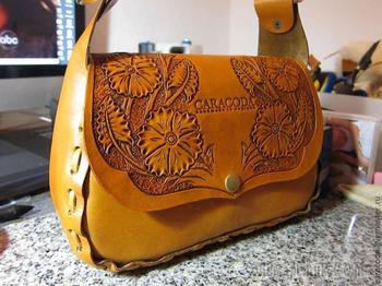 Весенняя сумочка из кожи с гравировкой