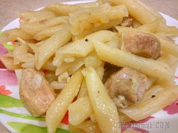Томленое мясо с макаронами на сковороде