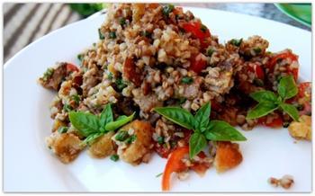 Гречневый салат с крутонами и свининой