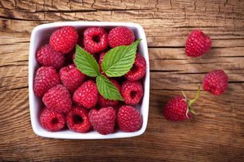 От малины до томатов - какие летние продукты помогают бороться с морщинами?