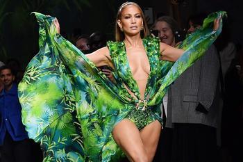 Прекрасна всегда: 50-летняя Дженнифер Лопес блистала в Милане в зеленом наряде, как и 19 лет назад