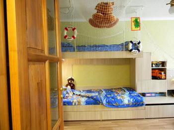 Детская: трехэтажная кровать-корабль с сеткой-гамаком
