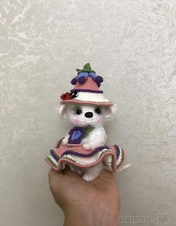 Белая вязаная мышка в шляпке и платьице.