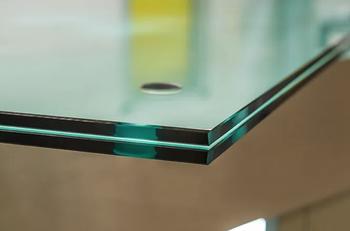 Почему прозрачное стекло выглядит зелёным с торца?