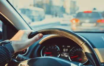 Почему автомобиль ведет в сторону: 5 возможных причин
