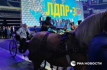 Жириновский прибыл на митинг ЛДПР на тройке лошадей
