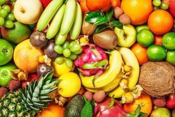 Для россиян установили норму провоза в багаже фруктов и цветов
