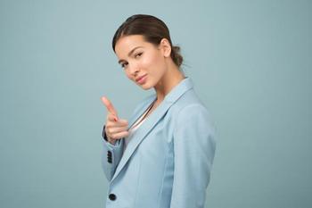 Как ведет себя женщина пытаясь привлечь внимание мужчины согласно знаку Зодиака