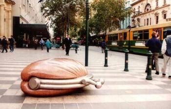 Дамские сумочки, чемоданы и кошельки: Нетривиальные скульптуры на городских улицах