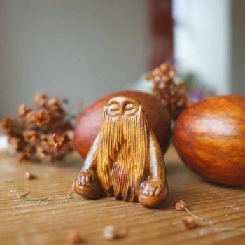 Миниатюрные скульптуры из косточек авокадо