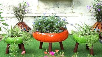 Оригинальная идея для сада из покрышек и досок