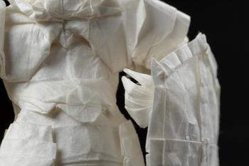 Оригами-рыцарь, вооружённый мечом и щитом, появляется из одного листа бумаги