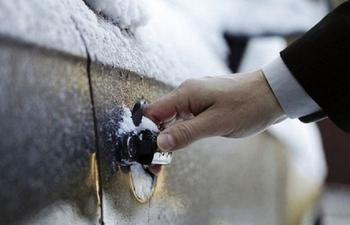 Как открыть замёрзший замок на машине тем, что есть в кармане
