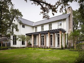 Двухэтажный классический дом с великолепным сочетанием старого и нового