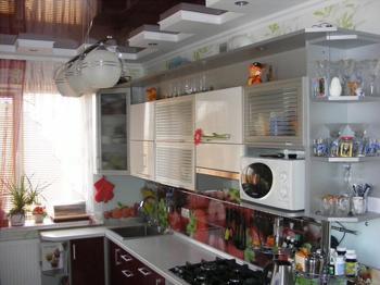 Кухня: с шахматными потолком и полом, с погребом