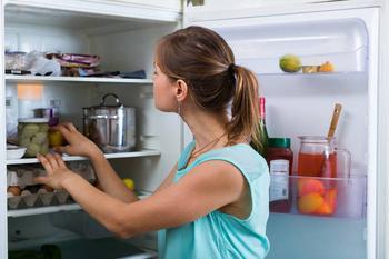 Как убрать запах из холодильника и не испортить продукты