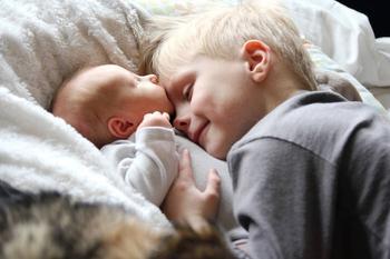 Как избежать ревности старшего ребенка к младшему - 6 лайфхаков