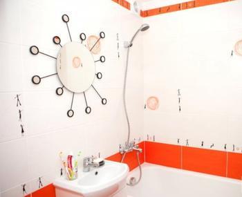 Крошечная ванная комната в ярких тонах