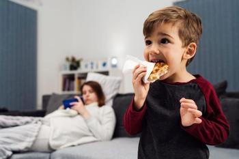Почему вредно кормить ребенка на ночь?