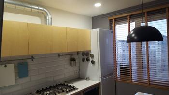 Кухня: 7 квадратных метров в экостиле, с хендмейд-мебелью из фанеры