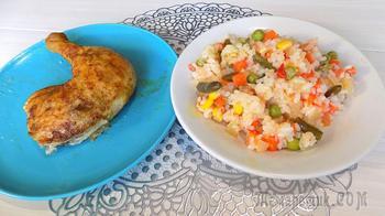 Целая курица приготовленная в духовке с гарниром из овощей и риса