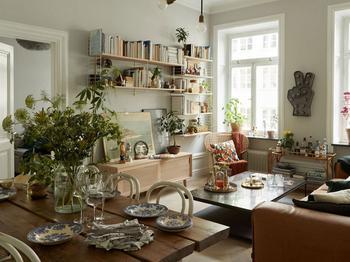 Очаровательный творческий беспорядок и разнообразие деталей в интерьере квартиры в Швеции
