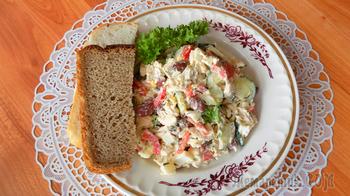 Салат с курицей, яйцами и фасолью