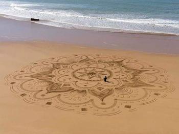 Впечатляющие рисунки на песке от Сэма Дугаду
