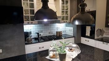 Эффектная кухня — контрастное сочетание белого и серого