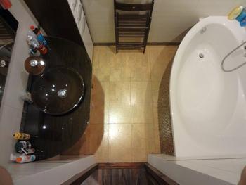 Пробковый пол и нестандартный смеситель в ванной комнате