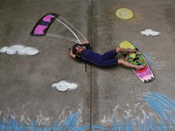 14-летняя американка каждый день рисует мелом на асфальте, чтобы развлекать своего 9-летнего брата приключениями во время карантина