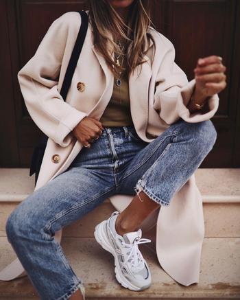 18 стильных примеров как носить джинсы с кроссовками и кедами