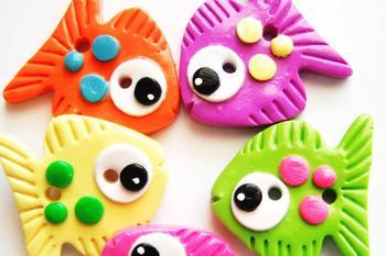 Детские кулоны из полимерной глины (фото)