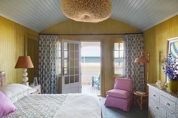 Дизайнер сделал «карикатурный пляжный домик» с люстрами-кораллами