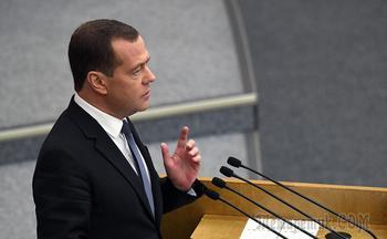 «Атакуют справа и слева»: что Медведев думает о Трампе