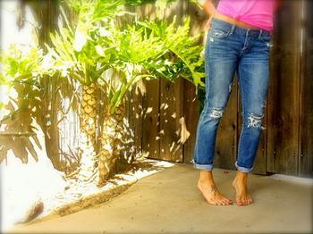 Как модно порвать джинсы при помощи пемзы и канцелярского ножа